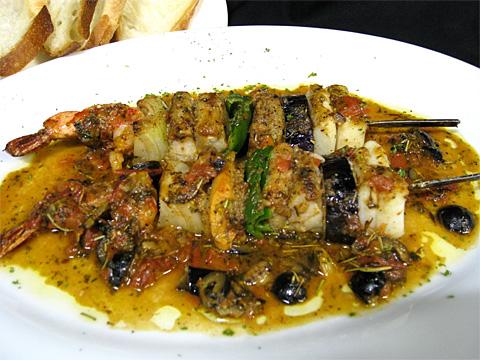魚介類と野菜のバーベキュープラター パン添え